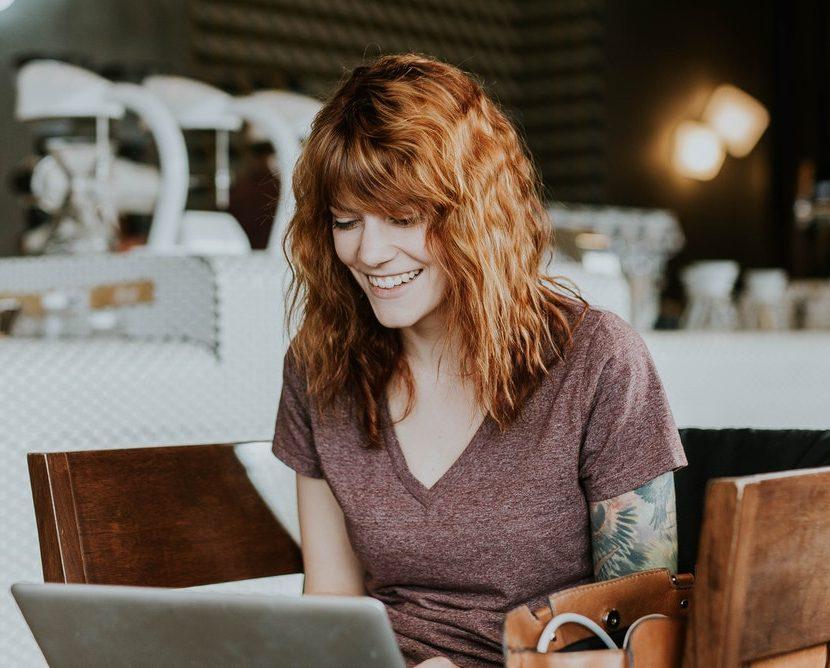 Femme heureuse au travail